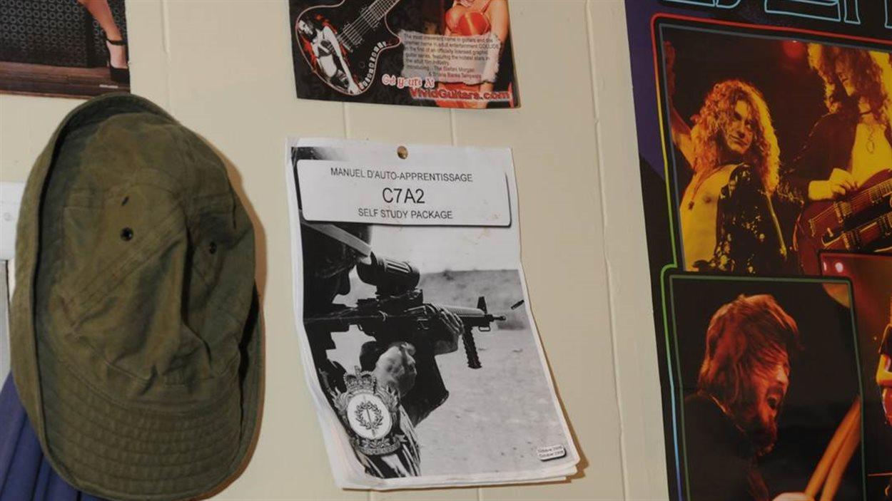 Une affiche avec une arme à feu et de groupe de musique sont au mur de la résidence de Justin Bourque.
