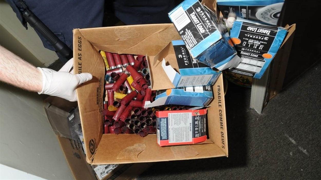 Des cartouches pour arme à feu dans une boîte.
