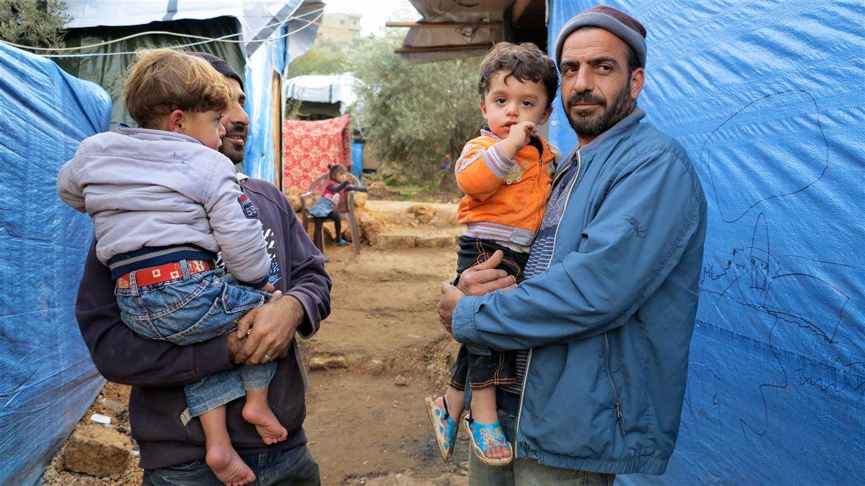 « Quand les hommes vont travailler, on est heureuses mais on prie. On prie pour qu'on les paie parce que souvent, ils ne sont pas payés », dit une réfugiée syrienne du camp de Ketermeya, au Liban.