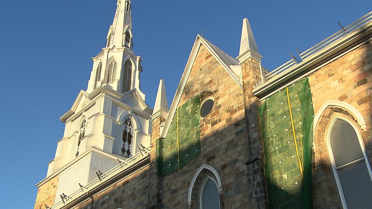 Les filets installés sur la cathédrale de Rimouski