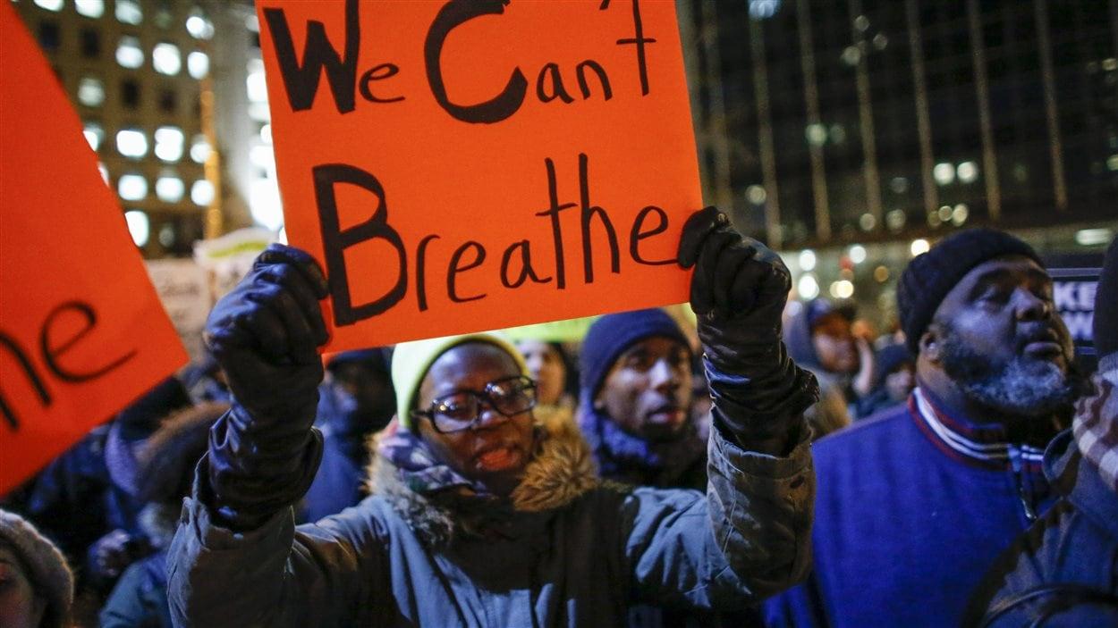 New York, le 4 décembre : ces manifestants protestent au lendemain de la décision d'un grand jury de ne pas poursuivre un policier blanc responsable de la mort d'un père de famille noir, Eric Garner.