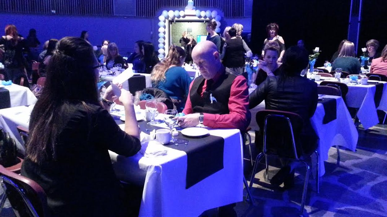 Des dizaines de personnes participent à la soirée de la Table de concertation contre la violence faite aux femmes et aux adolescentes