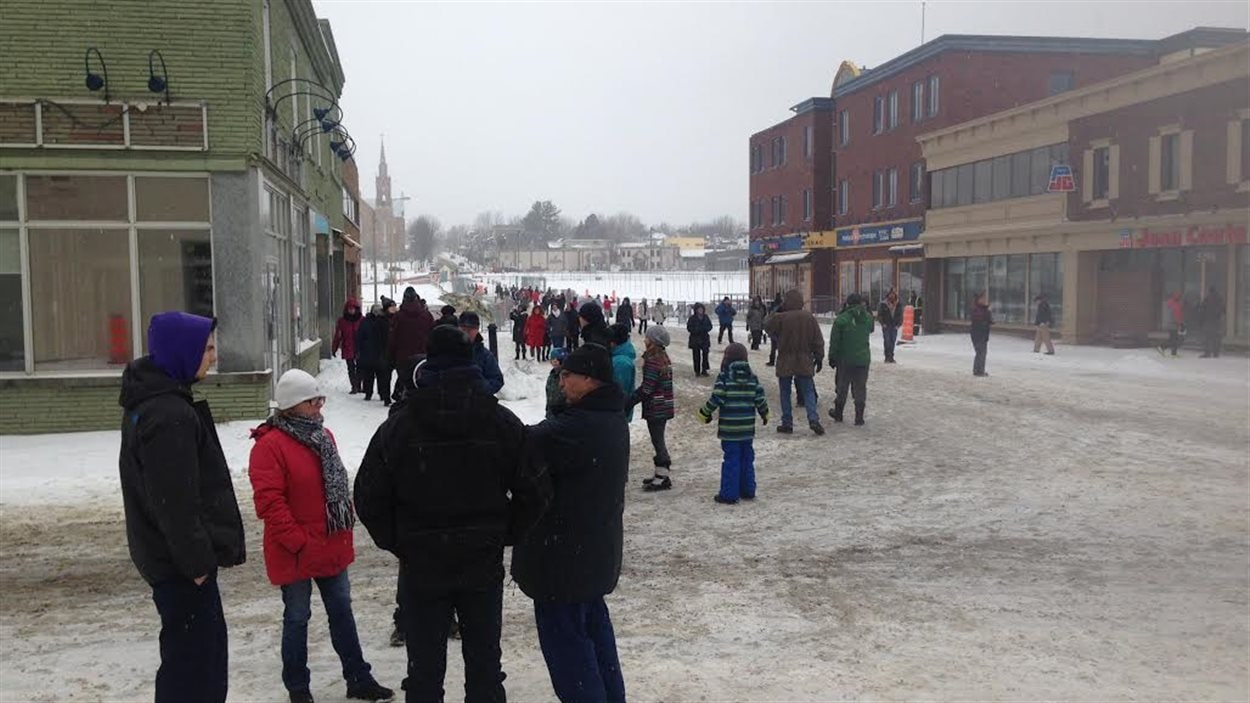 Des citoyens se recueillent au centre-ville de Lac-Mégantic