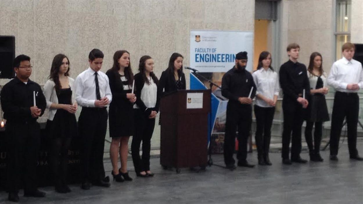 Quatorze étudiants en génie de l'Université du Manitoba, sept hommes et sept femmes commémorent les victimes de la fusillade de Polytechnique.