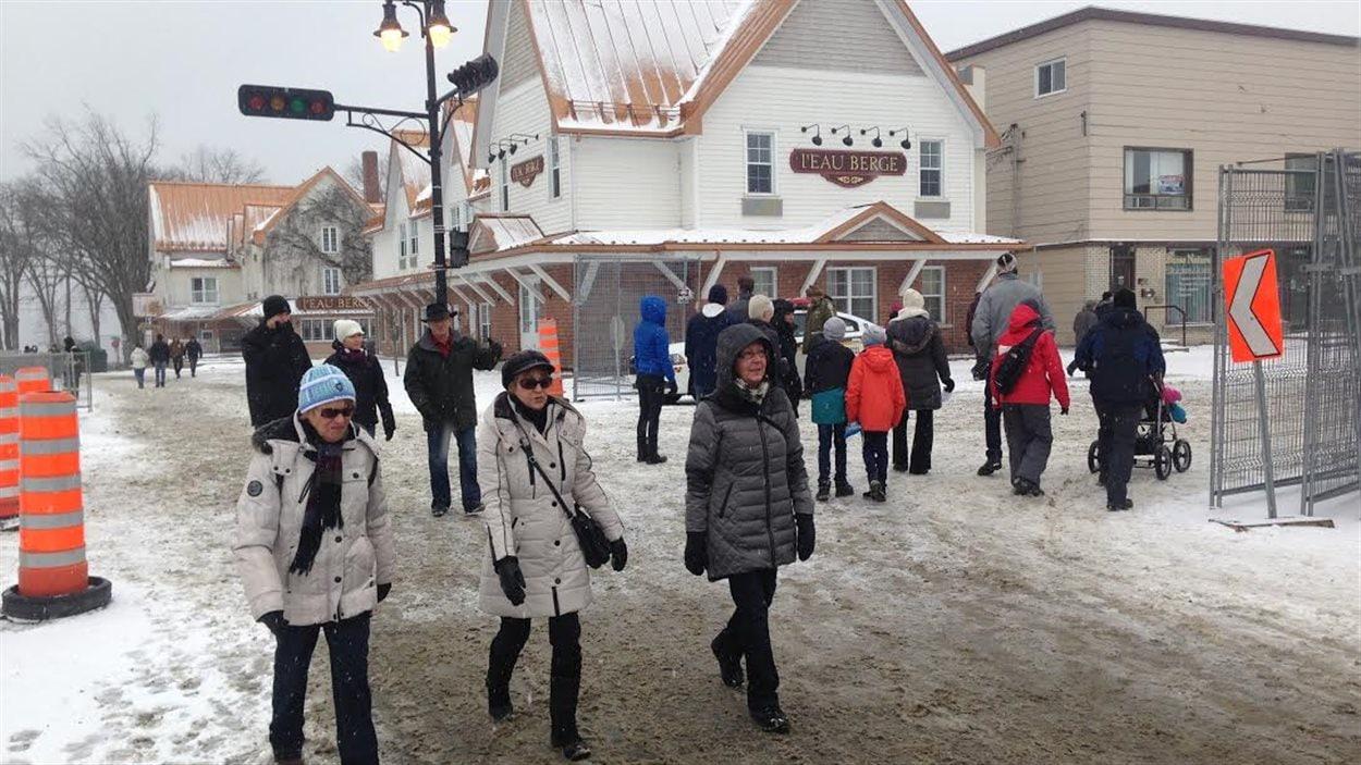 Des citoyens marchent dans le centre-ville de Lac-Mégantic