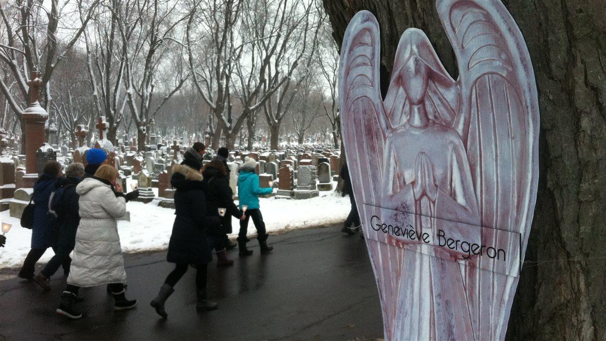 14 anges avec les noms des femmes victimes de la tuerie de polytechnique sur le parcours de la marche aux flambeaux