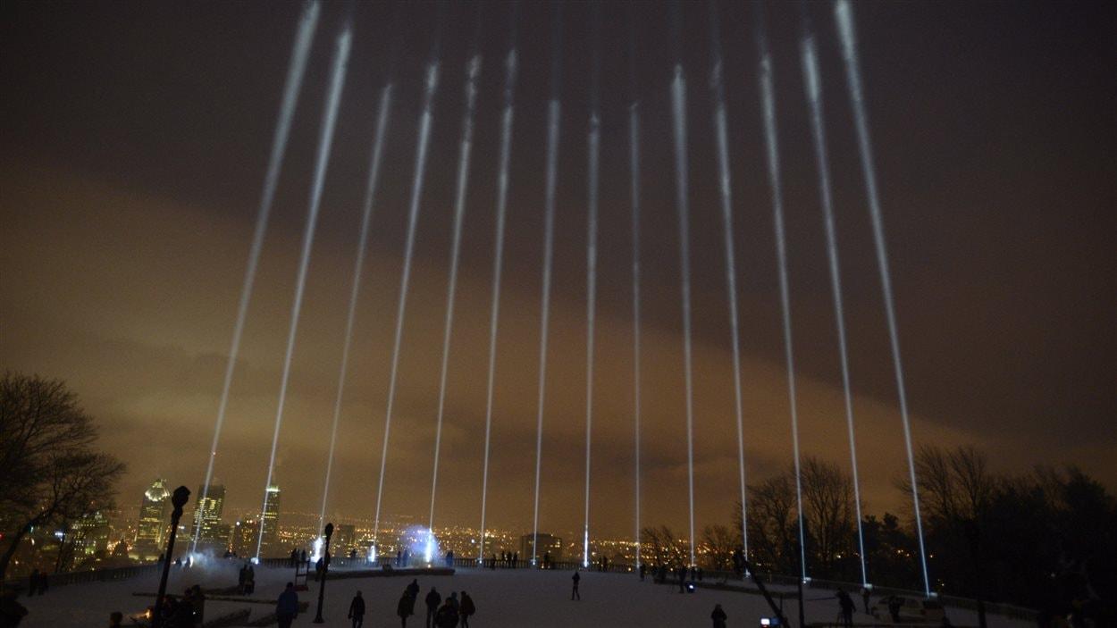 Quatorze faisceaux illuminent le belvédère du Mont-Royal pour rendre hommage aux victimes de Polytechnique, le 6 décembre.