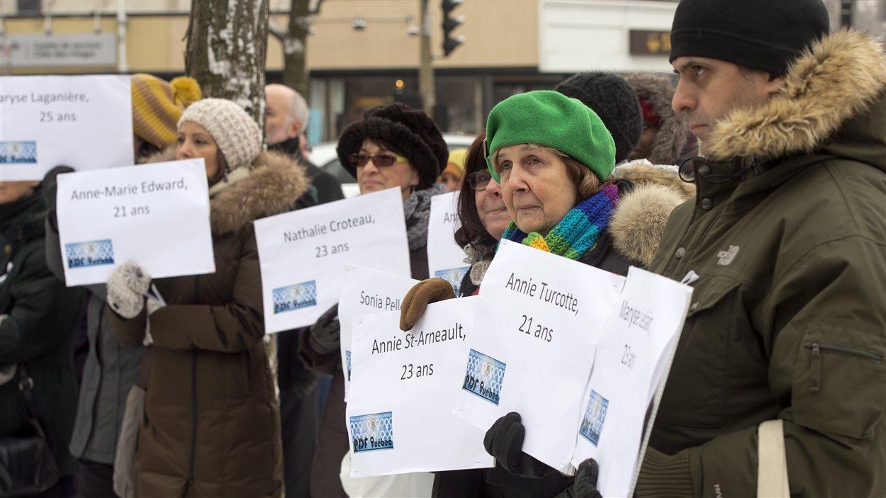 Des marcheurs arborant les noms des victimes de la tuerie
