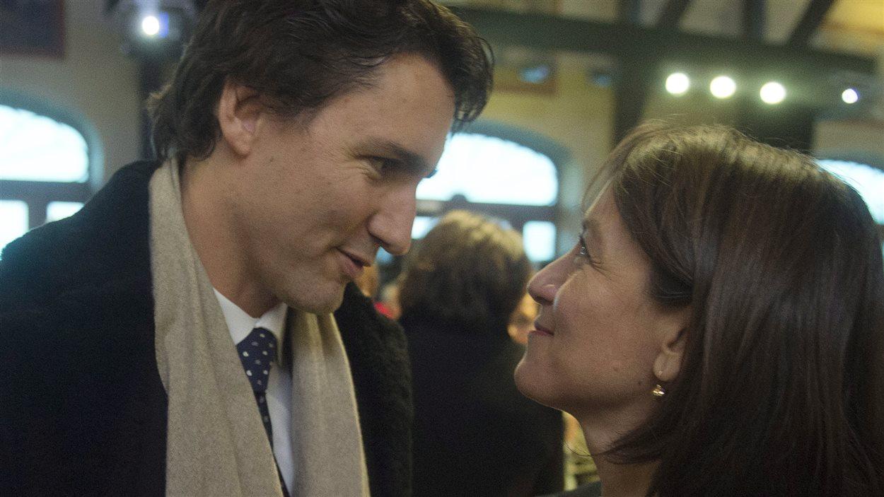 Le chef du Parti libéral du Canada, Justin Trudeau, et la survivante de la tuerie de Polytechnique, Nathalie Provost, à la cérémonie commémorative au chalet du Mont-Royal, à Montréal