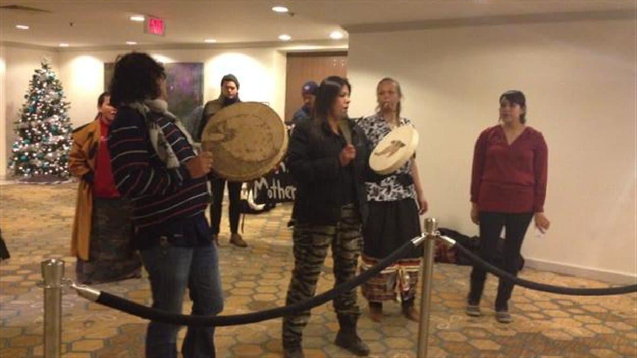 Des opposants à la construction de l'oléoduc Énergie Est ont manifesté à l'hôtel Delta où TransCanada tenait une séance d'information sur son projet.