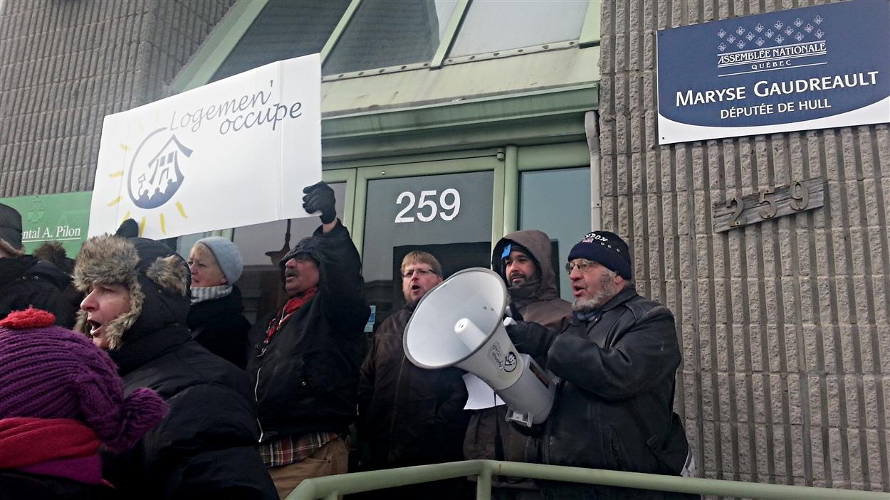 Une trentaine de manifestants se sont fait entendre devant les bureaux de la députée de Hull, Maryse Gaudreault. (08-12-14)