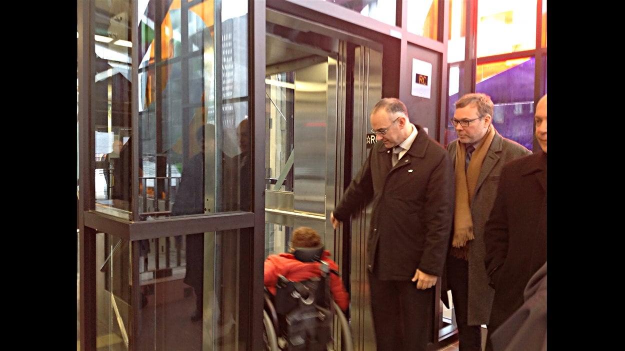 Un ascenseur a été installé au métro Champ-de-Mars.