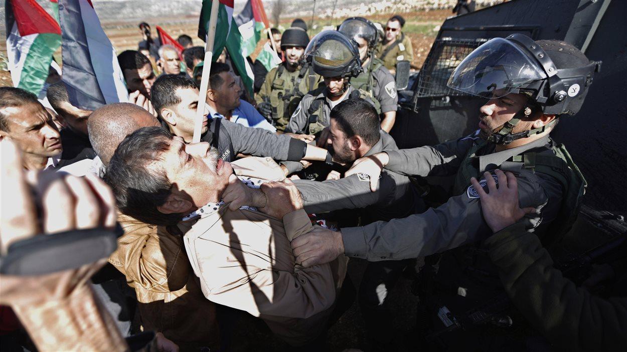 Le ministre palestinien Ziad Abou Ein lors d'une altercation avec des gardes-frontières