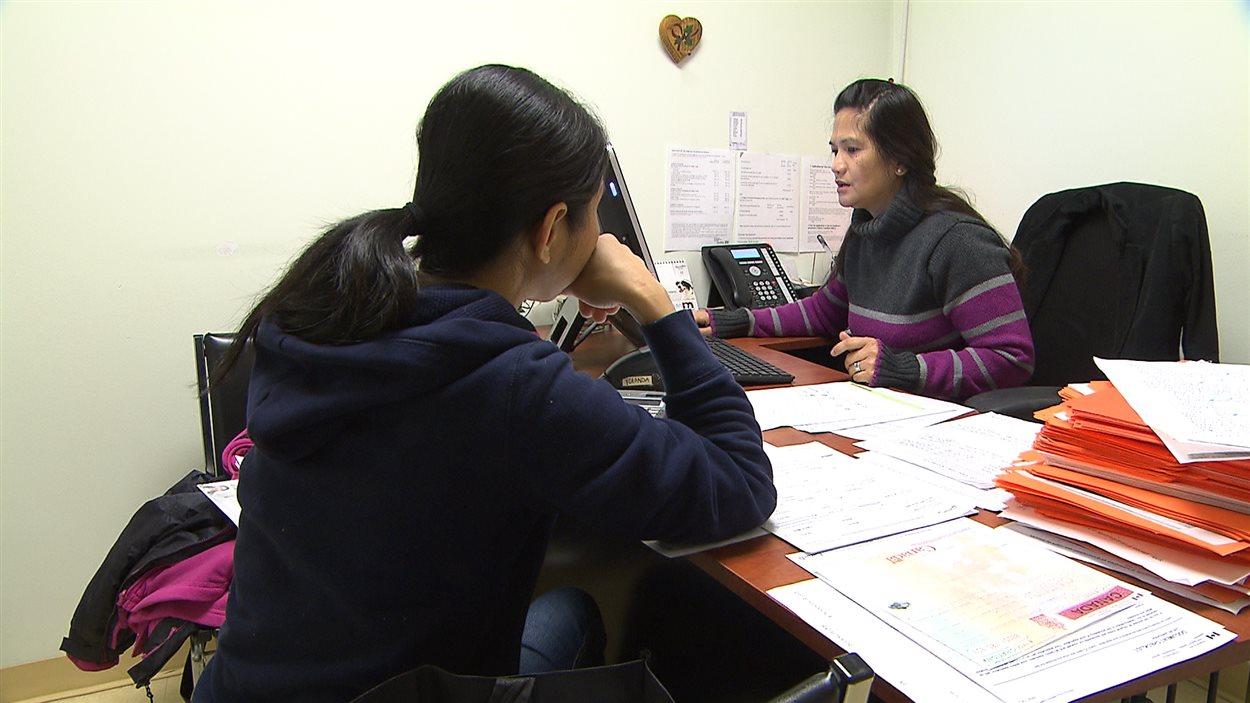 Une Philippine entreprend des démarches d'immigration au Canada.