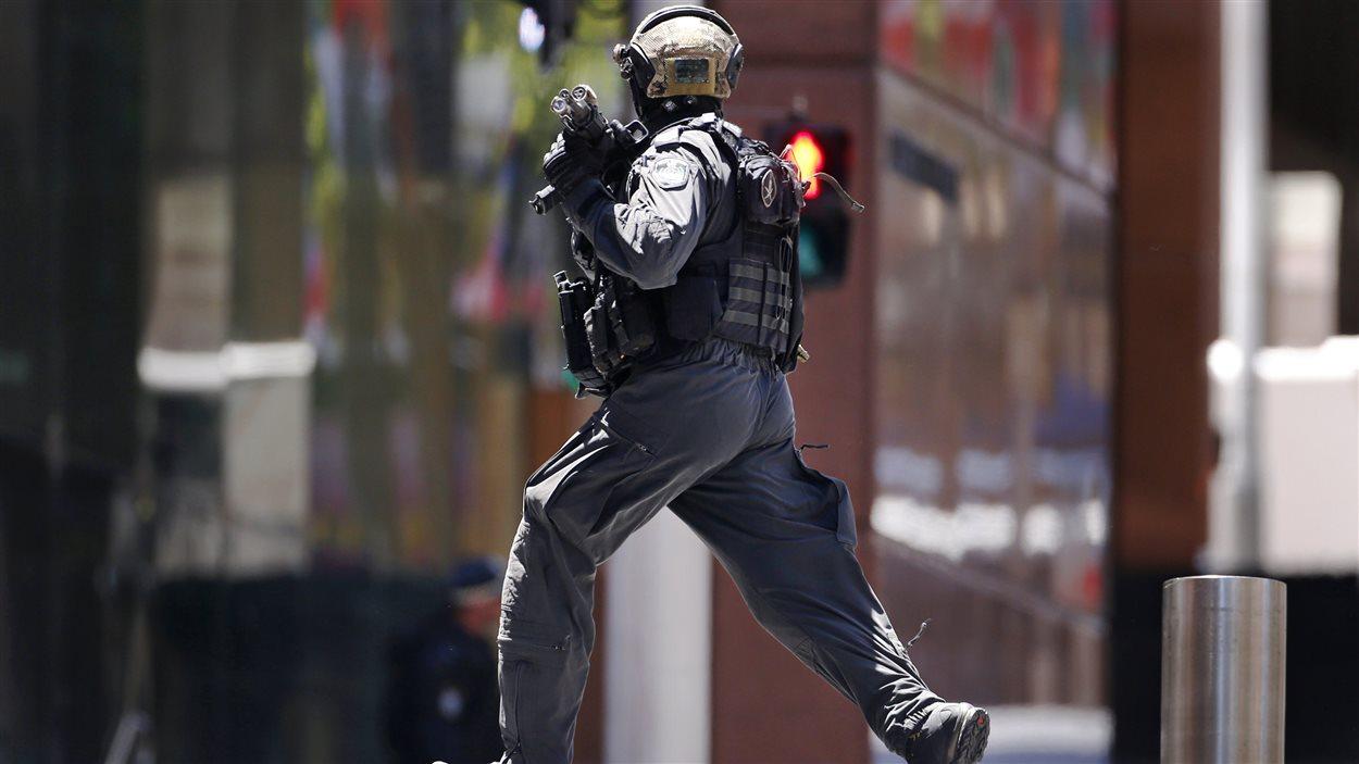 Un policier lourdement armé sur Martin Place près du café Lindt