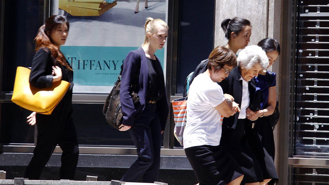 Une dame âgée aidée par des femmes lors de l'évacuation d'un immeuble près du café Lindt