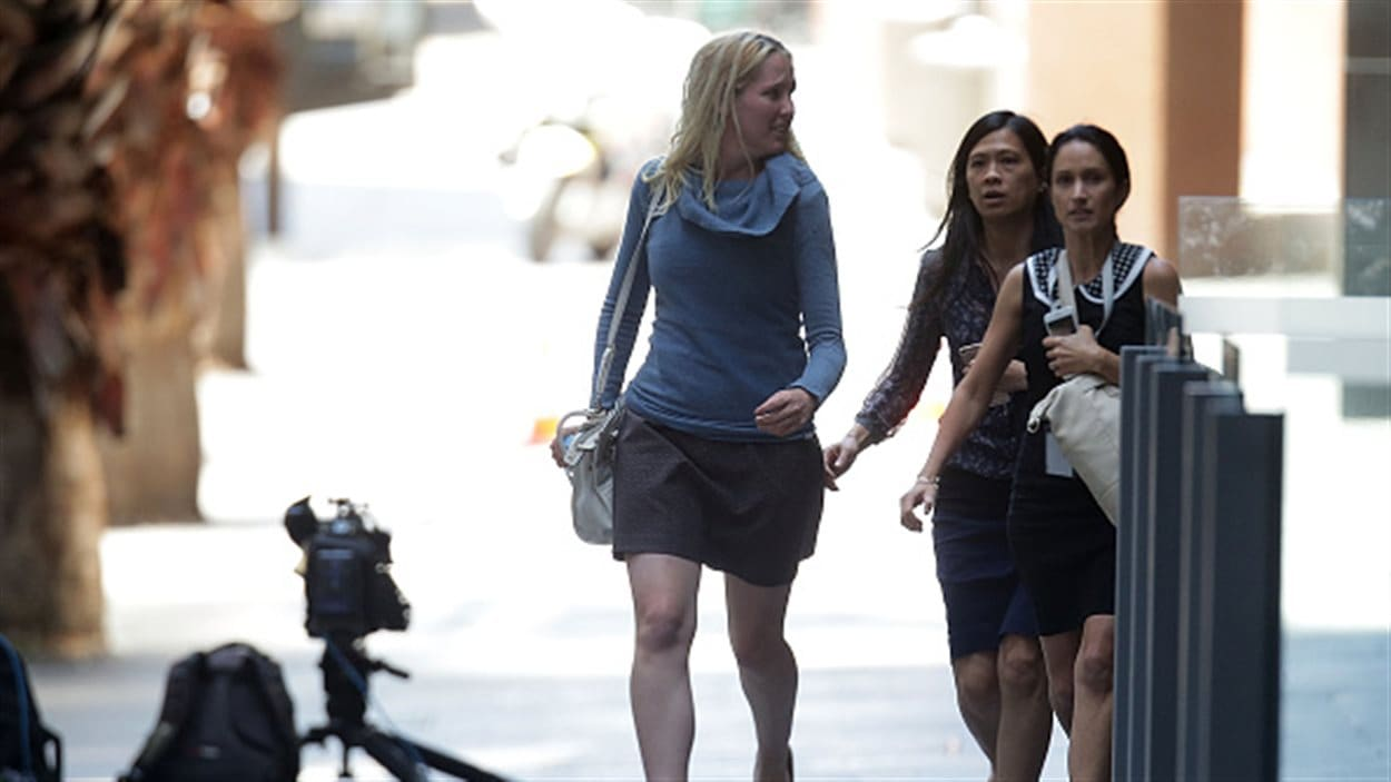 Des femmes pressent le pas sur Philip Street non loin du café Lindt, théâtre d'une prise d'otage.