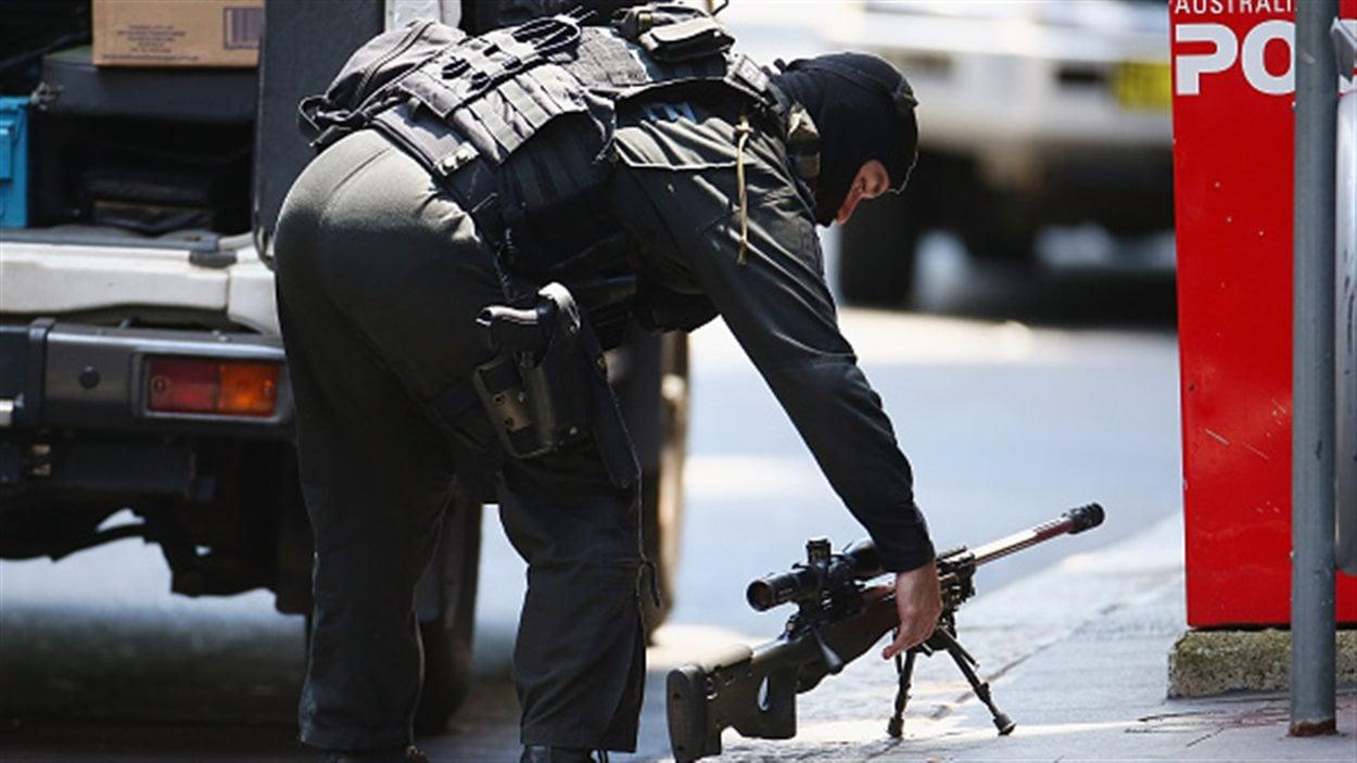 Un tireur d'élite se prépare à prendre position sur Philip Street de Martin Place.