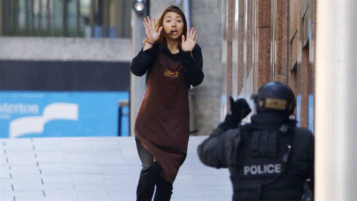 Cinq personnes ont réussi à sortir du café malgré la présence d'un preneur d'otage.