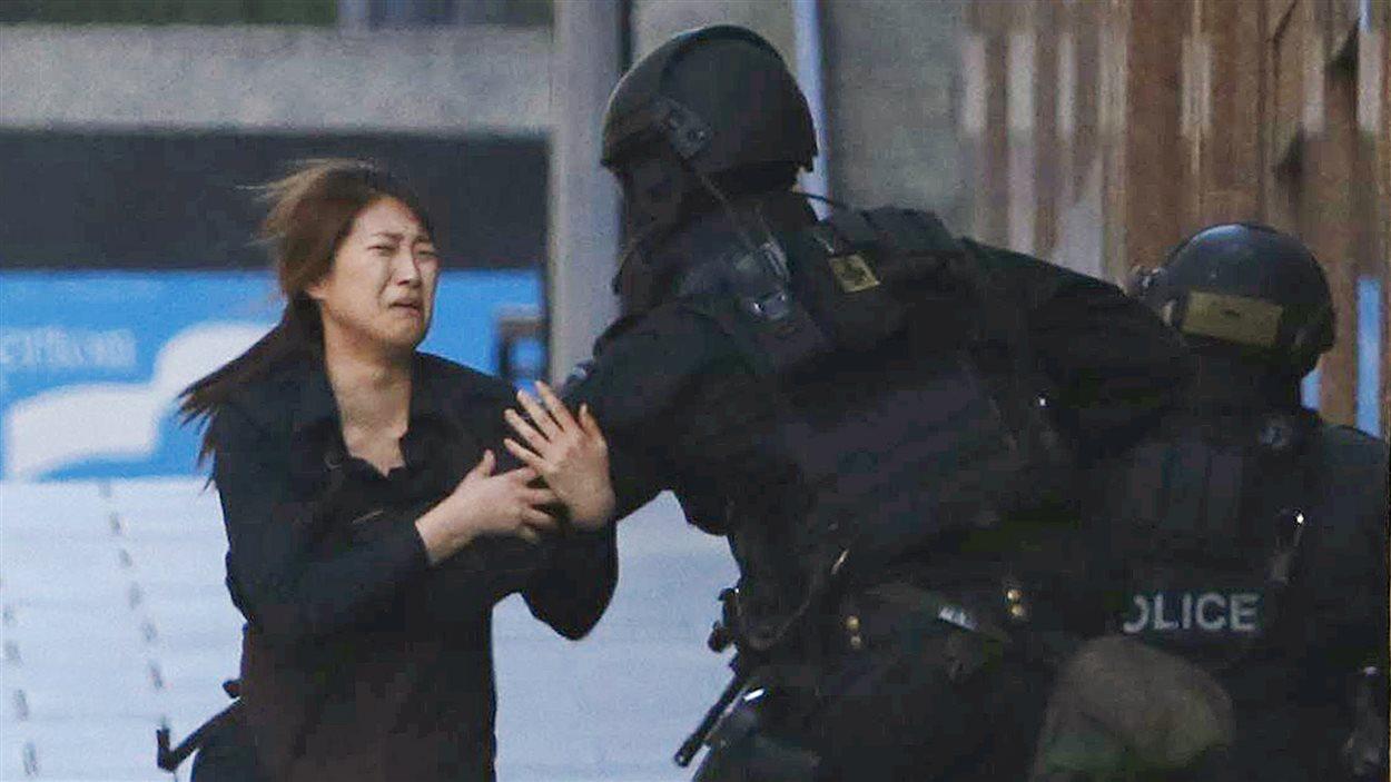 Les policiers n'indiquent pas si les personnes qui sont sorties du café l'ont fait avec l'accord du preneur d'otage ou pas.