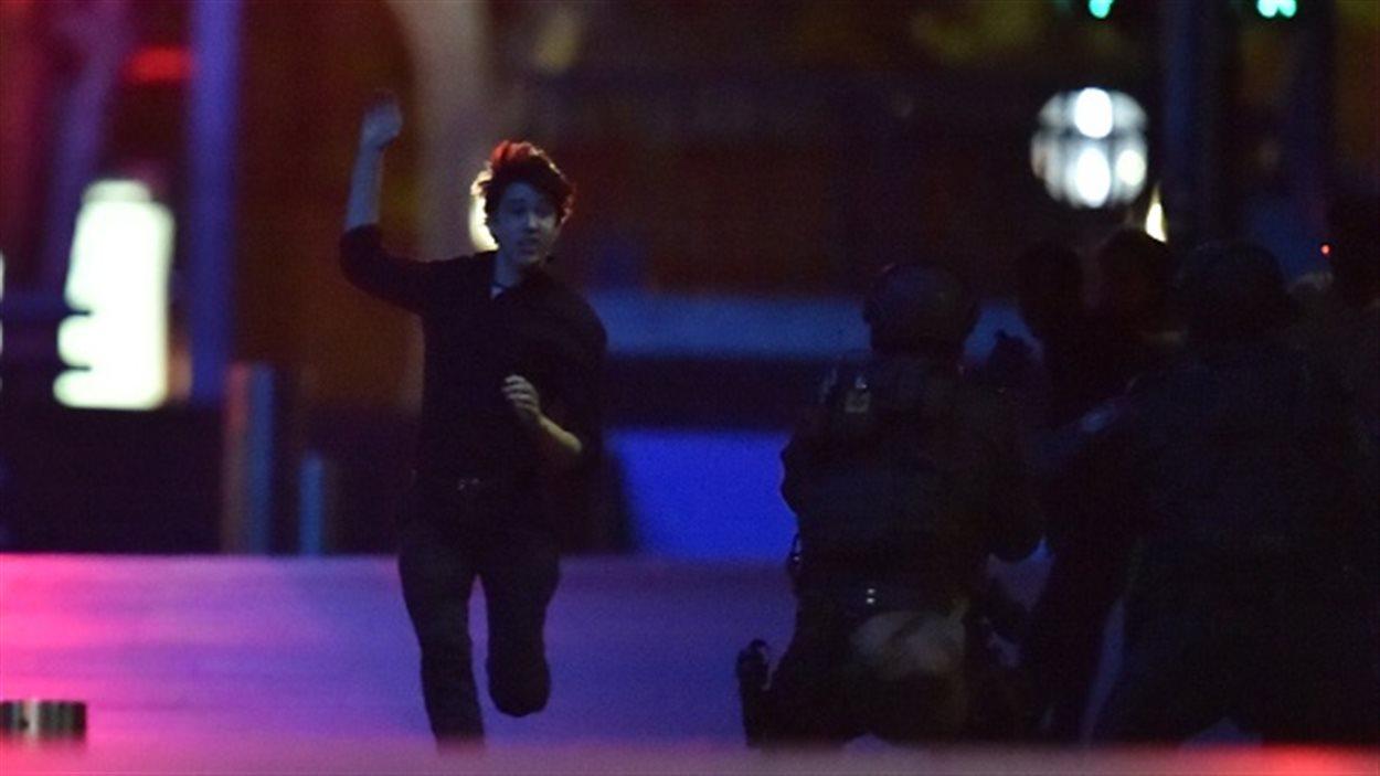 Un otage court vers les policiers en sortant du café Lindt.