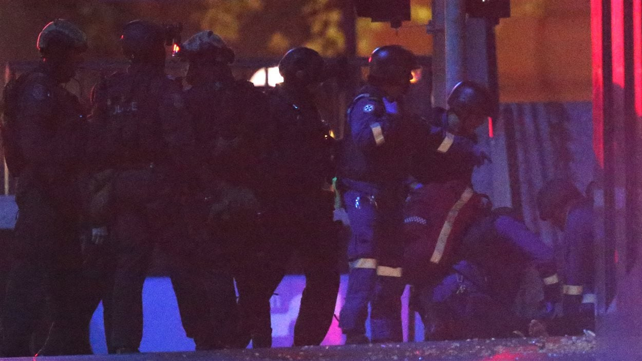 Des secours sont prodigués à une personne non identifiée après les coups de feu entendus lors de l'assaut des policiers.
