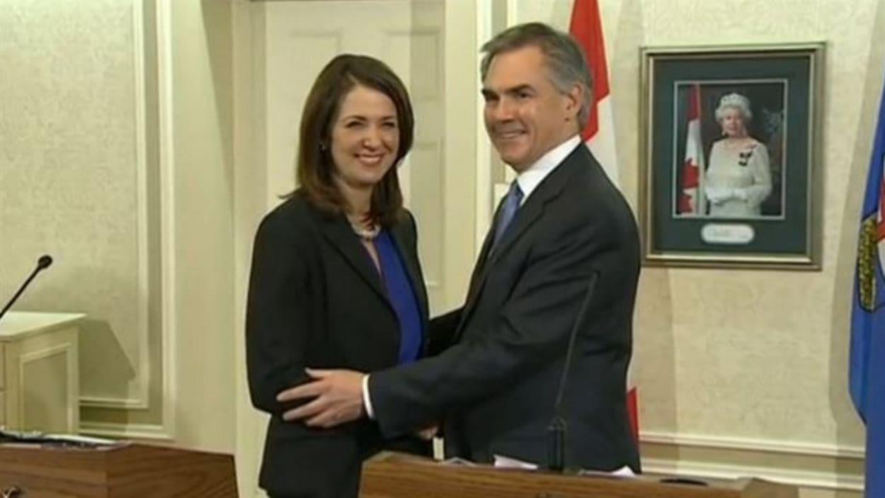 Danielle Smith a quitté ses fonctions de chef de l'opposition officielle pour rejoindre le parti progressiste-conservateur le 17 décembre 2014. Ici, elle pose avec le premier ministre Jim Prentice.