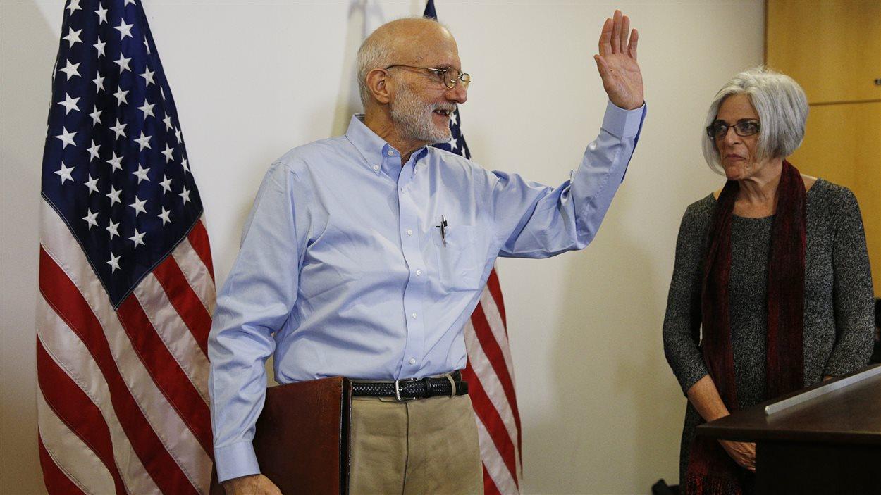 Alan Gross en compagnie de sa femme Judy, alors que prenait fin la conférence de presse.