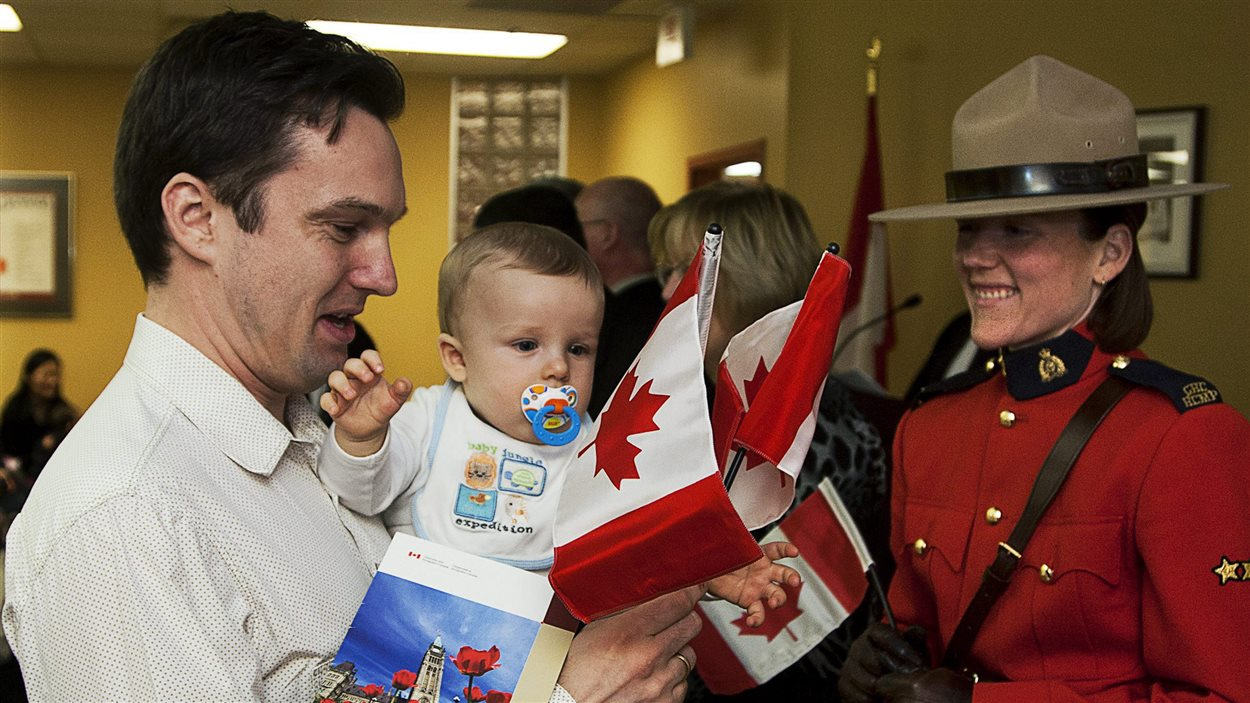 Un père et son fils reçoivent la citoyenneté canadienne