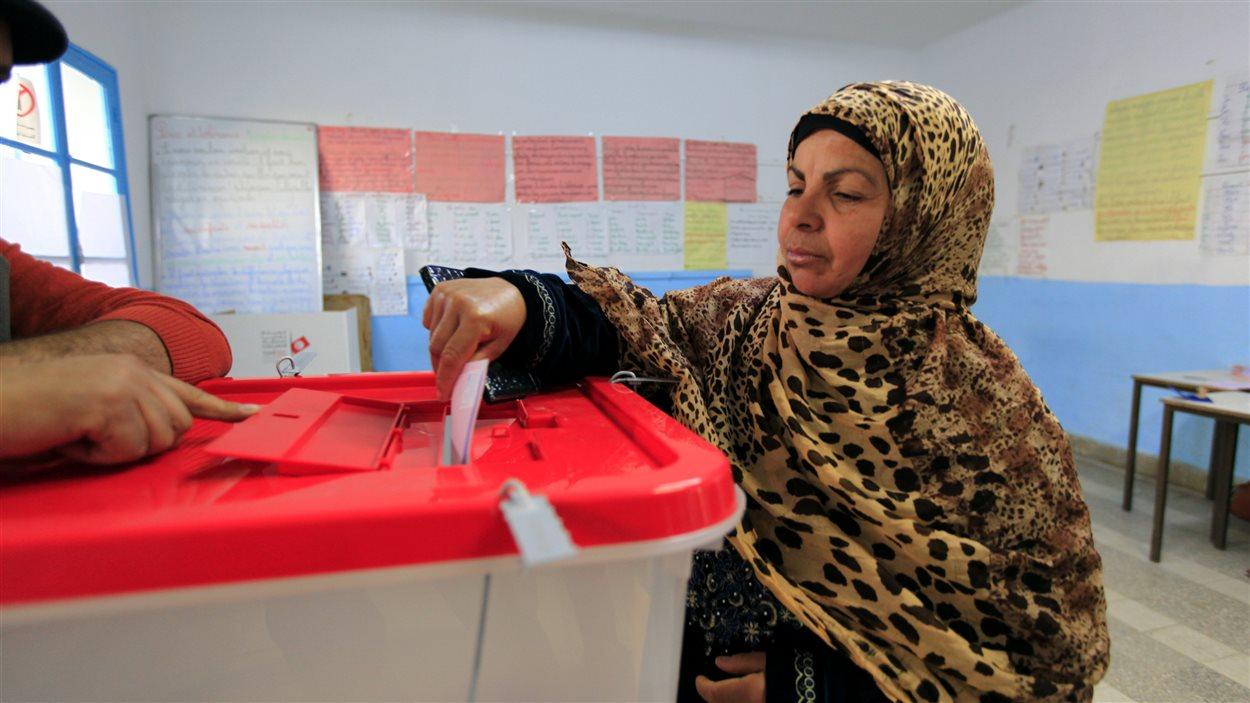 Une femme vote à Tunis au deuxième tour de l'élection présidentielle, du 21 décembre 2014.