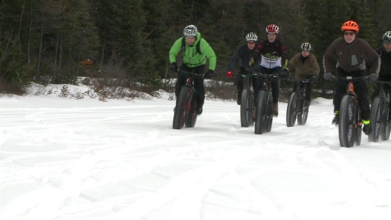Du vélo sur neige.