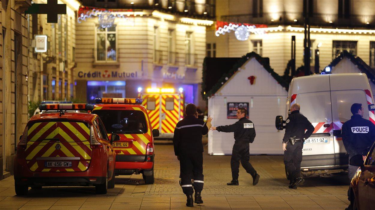 Policiers et services de secours arrivent à l'endroit où l'homme a foncé sur la foule.
