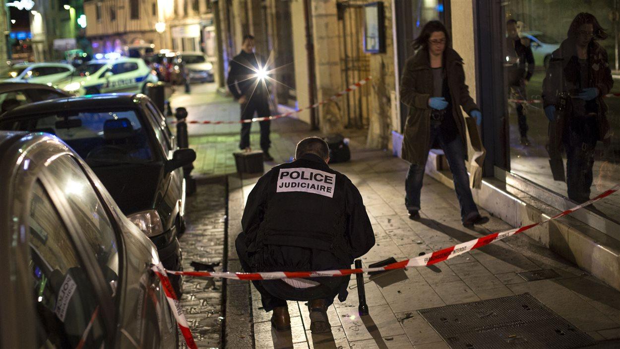 Des policiers enquêtent sur les lieux où un individu a percuté une dizaine de piétons à Dijon.