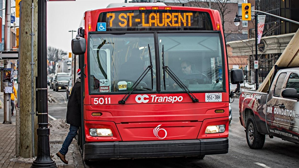 Un autobus d'OC Transpo sur la rue Bank, au centre-ville d'Ottawa, à proximité du parc Lansdowne. (22-12-14)