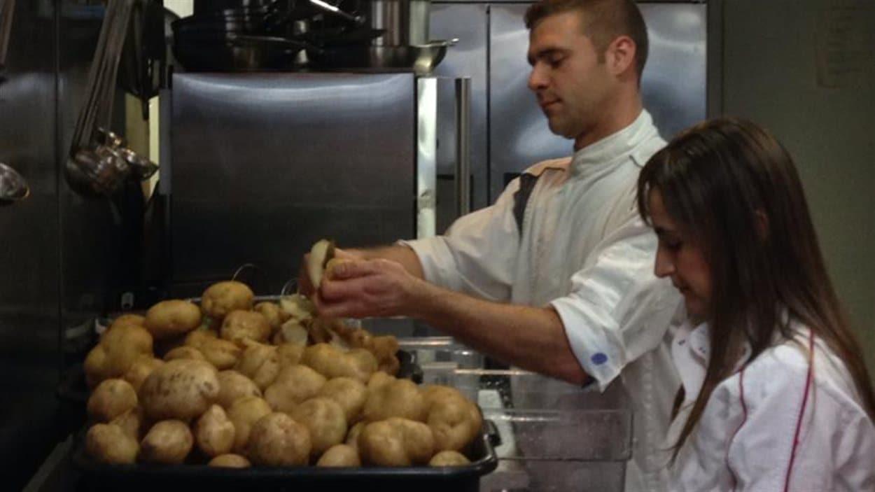Cory et Juliana Person comptent servir 300 repas à des hommes sans-abri du Downtown Eastside pour Noël.