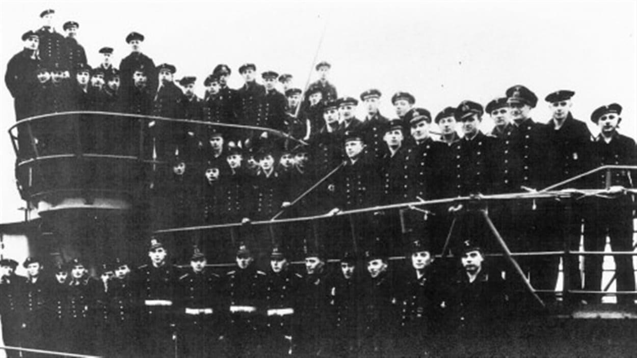 L'équipage allemand rescapé le NCSM St. Thomas.