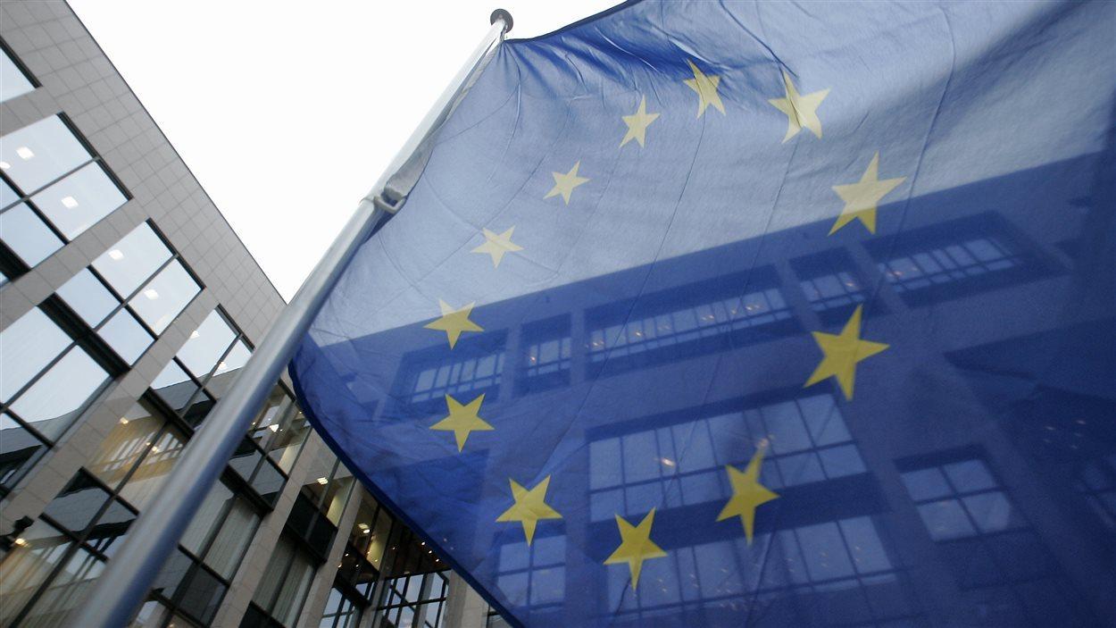 Le drapeau de l'Union européenne flottant devant les bureaux de l'organisation à Bruxelles.