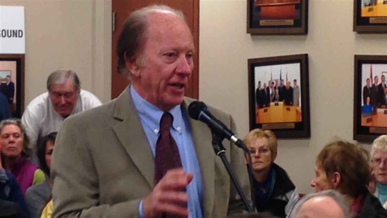 Bill Belliveau au microphone à une rencontre du conseil municipal de Shediac.