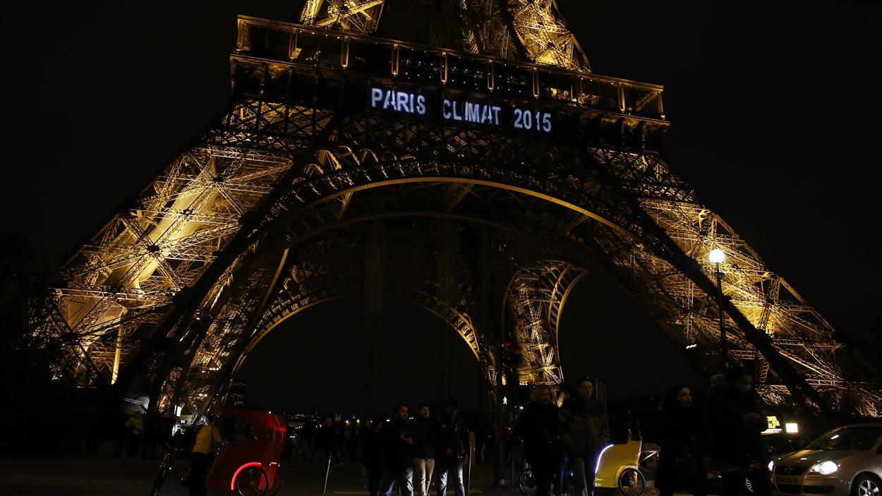 Les mots Paris Climat 2015 illuminent la tour Eiffel.