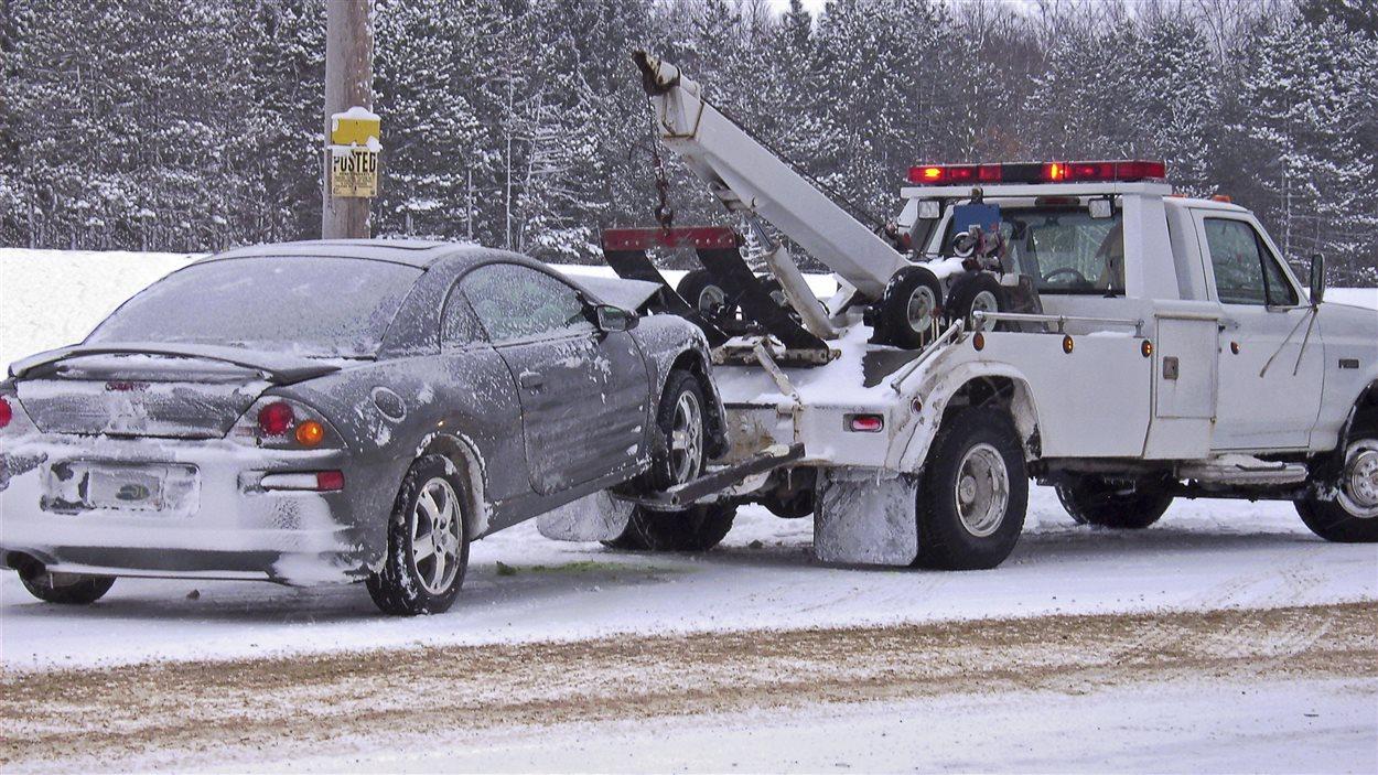 Une dépanneuse remorque une voiture