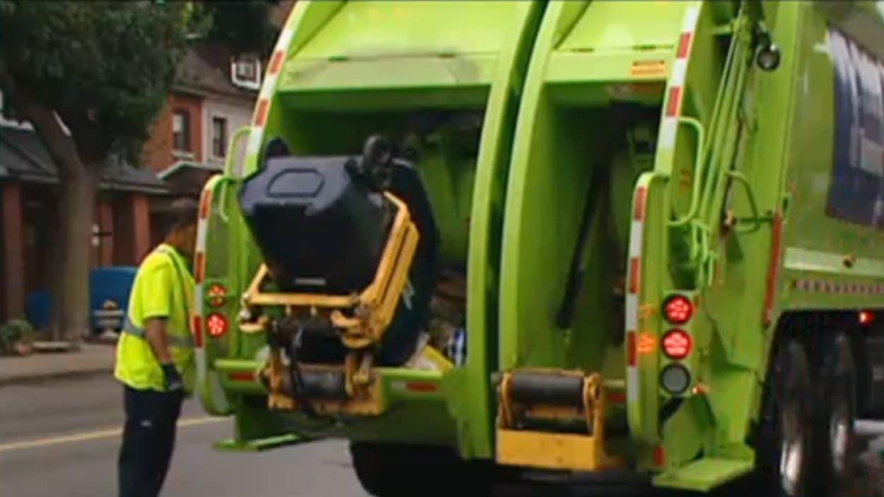 Un camion du sous-traitant privé GFL, qui s'occupe de la collecte des ordures dans l'ouest de Toronto.