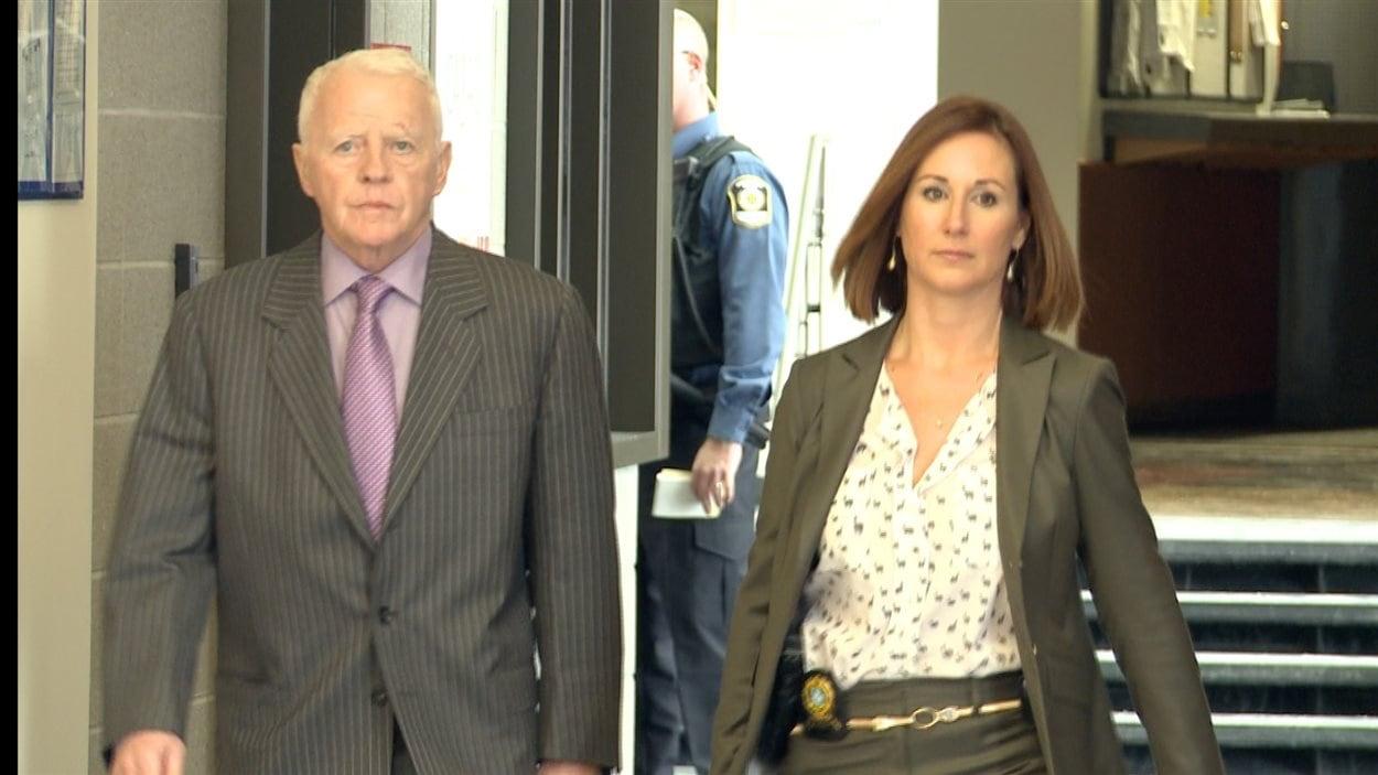 Gilles Cloutier est continuellement accompagné par une policière lors de ses déplacements au palais de justice de Saint-Jérôme.