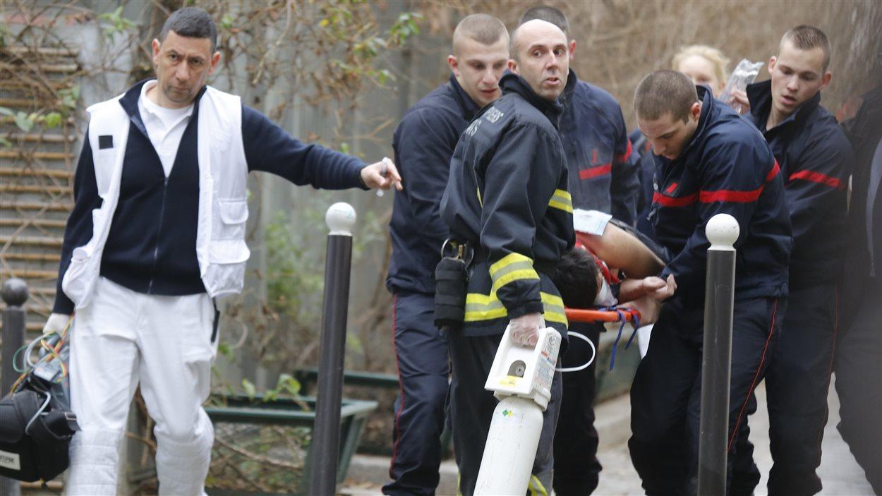 Des secouritstes sur les lieux de l'attentat aux locaux de Charlie Hebdo.