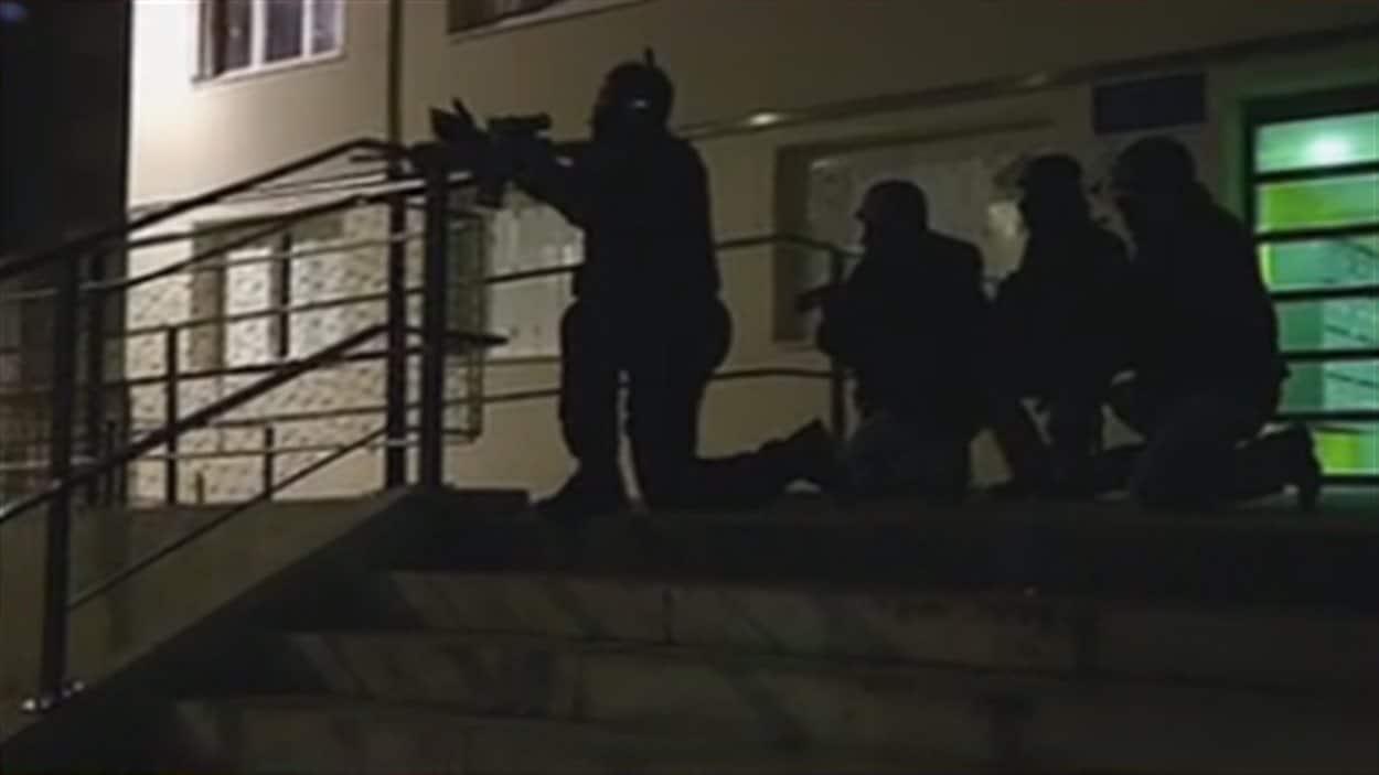 Des policiers en position de tir dans un quartier de Reims, en France, après l'attaque contre le journal Charlie Hebdo