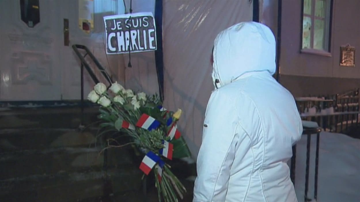 Des fleurs blanches déposées devant le Consulat général de France lors du rassemblement.