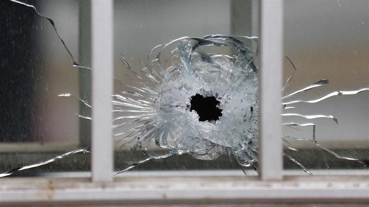 Un impact de balle lors de la fusillade à Paris visant Charlie Hebdo.