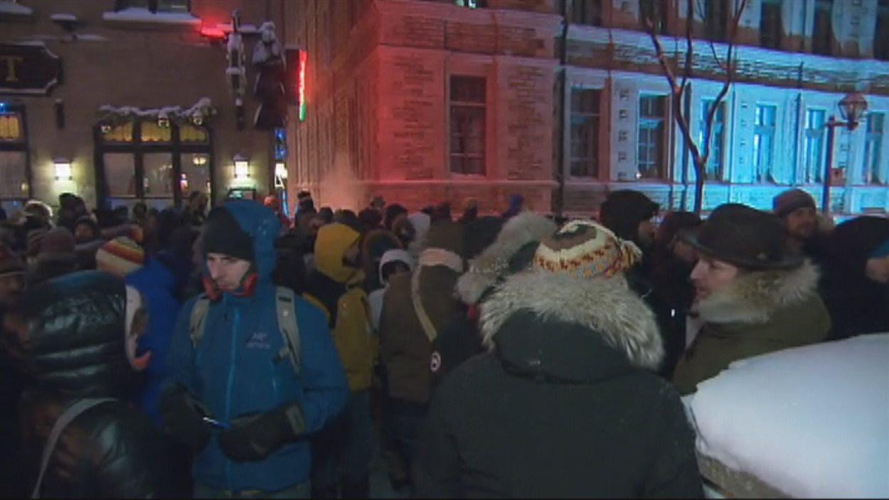 Plus d'une centaine de personnes se sont réunis mercredi soir devant le Consulat général de France à Québec.