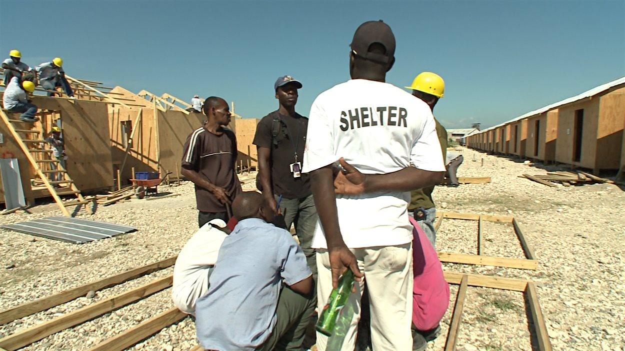 Des travaux de reconstruction en Haïti, orchestrés par la Croix-Rouge canadienne.