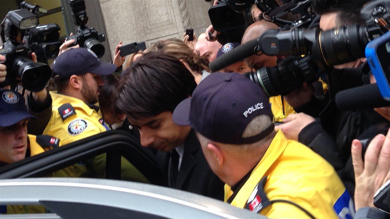 Jian Ghomeshi à sa sortie du tribunal à Toronto