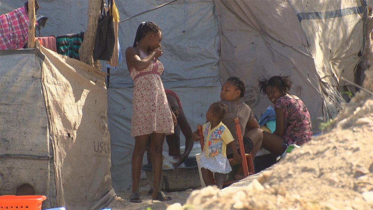Une famille déplacée à Port-au-Prince, en janvier 2015